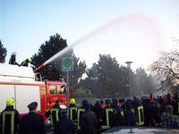 Bild von Feuerwehrfahrzeug bei Übung mit Dachwerfer